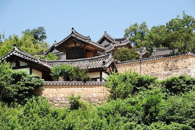 古い伝統的な韓国ユネスコ民俗村の丘の中腹