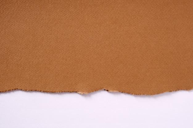 引き裂かれた茶色の紙ボーダーホワイトバックグラウンド