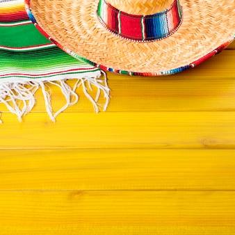 メキシコのソンブレロと黄色の表面に毛布