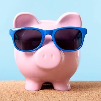 ピンクの貯金箱ビーチ旅行休暇貯蓄サングラス。