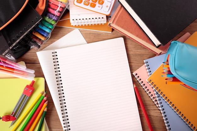 オープンノートブックとスクールデスク