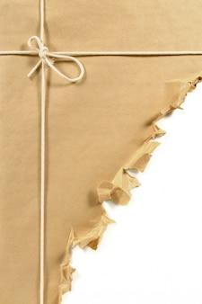 引き裂かれた茶色の紙の小包またはパッケージ