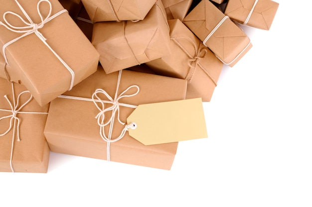 ラベルの付いたメール小包の乱雑山