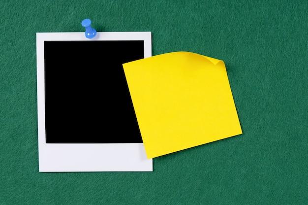 インスタント写真や黄色のノート