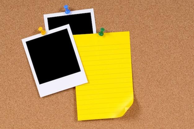 二つの写真や黄色のノート