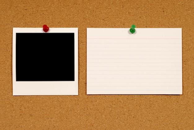 コルクにインスタント写真とノート