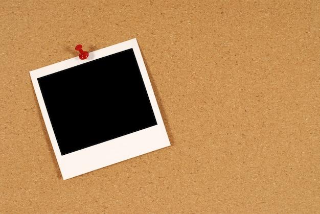 コルクボード上のポラロイド写真