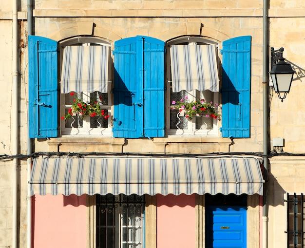 典型的なフランスのプロヴァンス風の窓