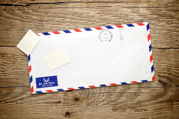 木の上の古い封筒