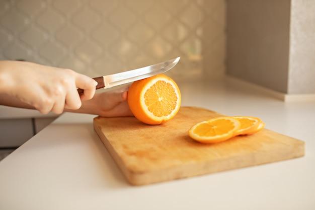 木の板にオレンジのスライスの手