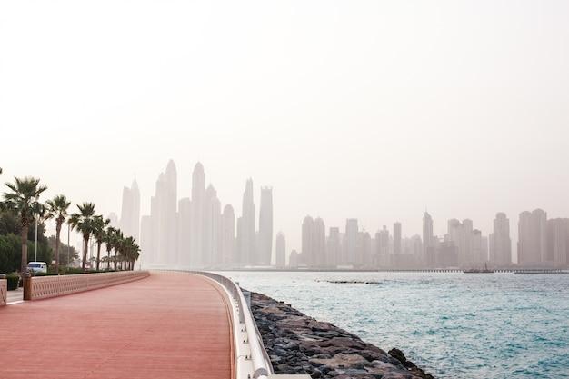 夜明けにドバイの高層ビルの素晴らしい景色。アラブ首長国連邦