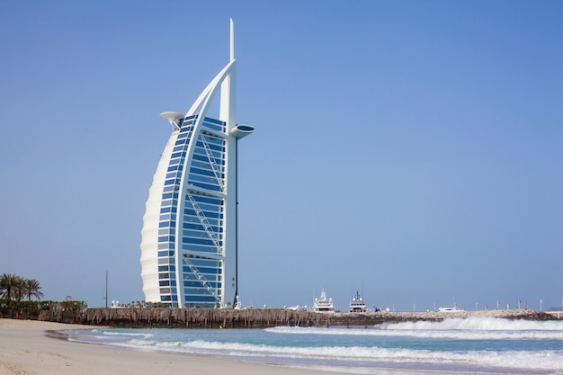 Бурдж аль-араб днем. море и голубое небо