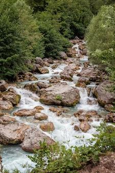 アブハジアの山々の明るい青色の美しい山川