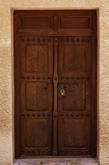 古いドバイの通りの古代のドア