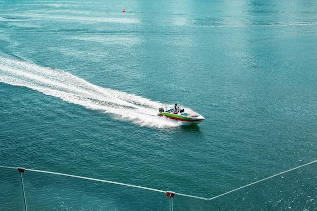 青い海でセーリングヨット