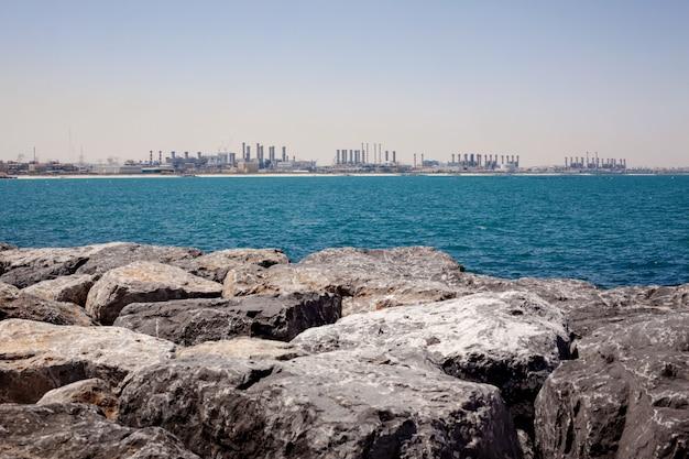 ドバイの海の景色と建設