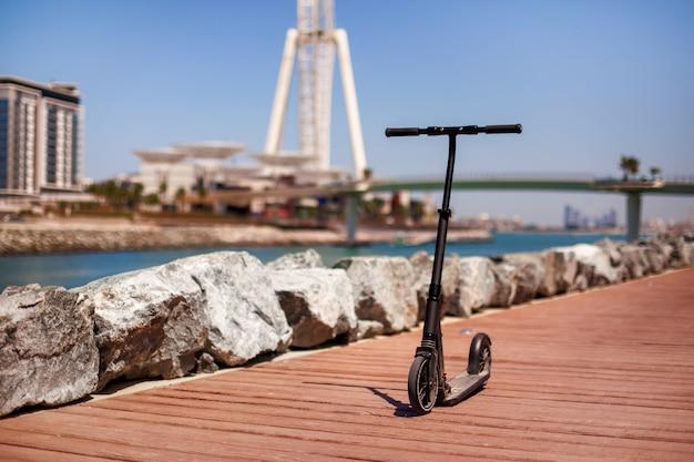 歩行者専用道路、ドバイの電動スクーター