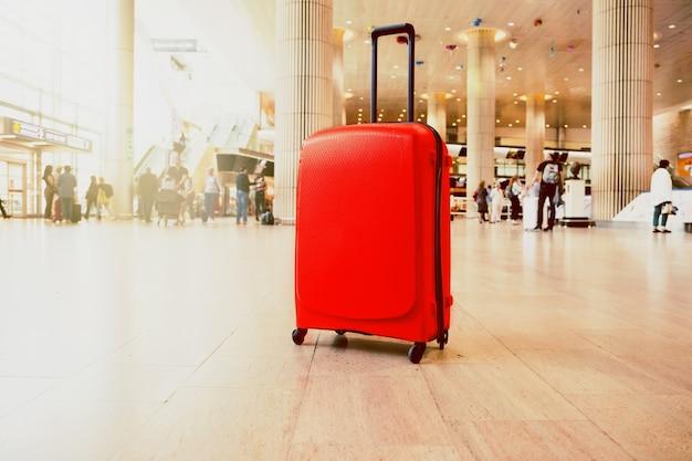 空港ターミナルの待合室のスーツケース。空港ターミナルでの旅行荷物。