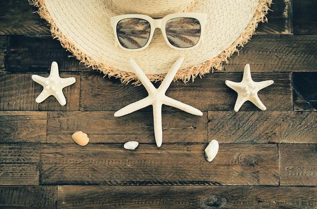 木製のテーブルに夏の組成。休暇と旅行のコンセプト