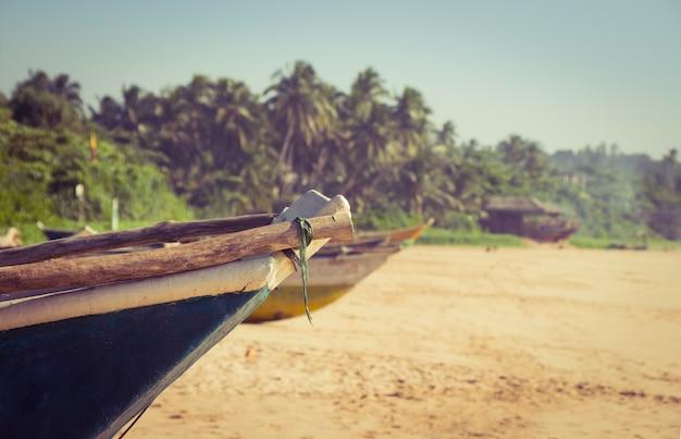 熱帯のビーチで漁船