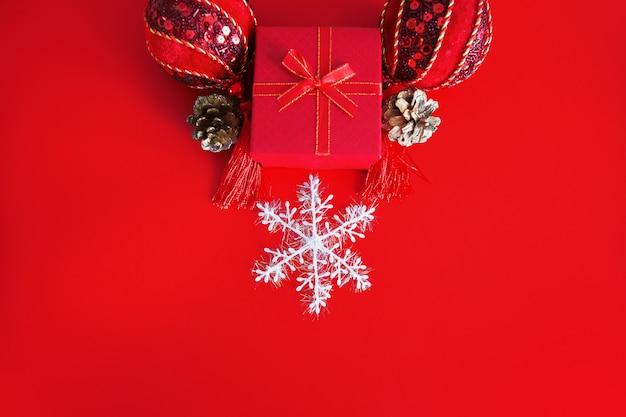 ギフトボックスとスノーフレークのクリスマスの装飾