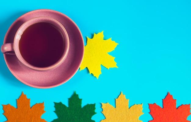 装飾的なカラフルな葉とお茶のカップ