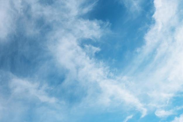 白い雲と美しい青い空