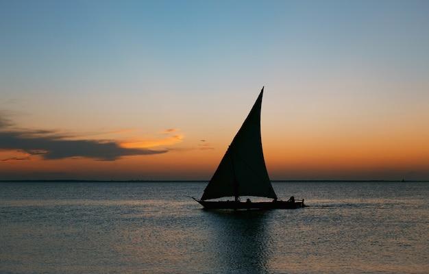日没時のヨット。旅行や休暇の概念。