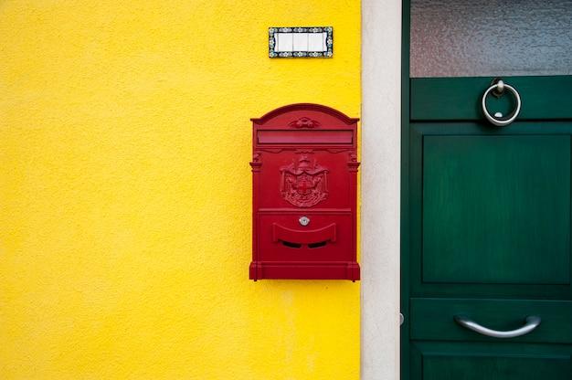 赤いレターボックス付きドア