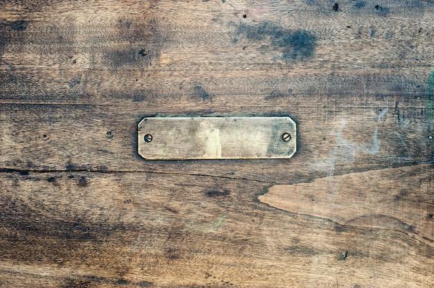 金属ラベル付きの木製の背景