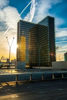 パリの夕日の高層ビル