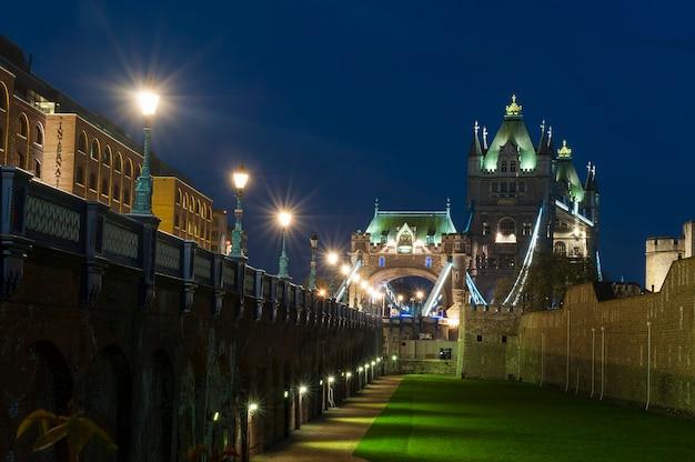 夜のロンドンのタワーブリッジ