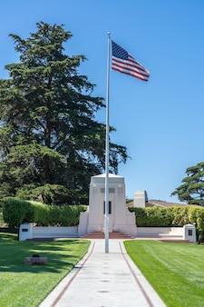 プレシディオのゴールデンゲート国立墓地でアメリカ国旗。