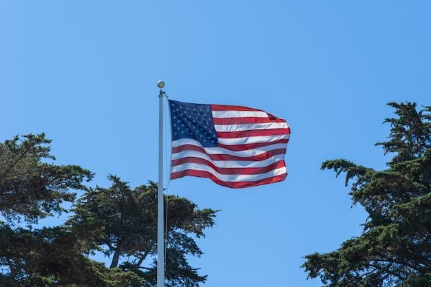 風の中のアメリカの国旗。