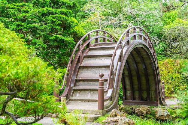 サンフランシスコゴールデンゲートパークの日本庭園の木製の橋。