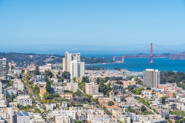 地平線上のゴールデンゲートブリッジとサンフランシスコの空撮