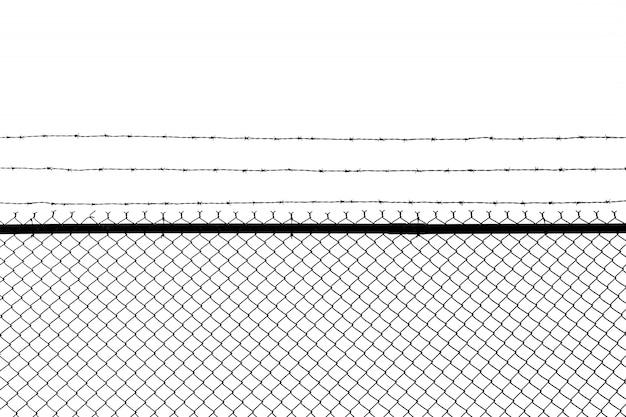Металлический забор с колючей проволокой, изолированный на белом фоне