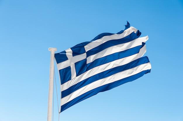 風の中でギリシャの旗