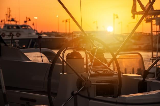 港に沈む夕日