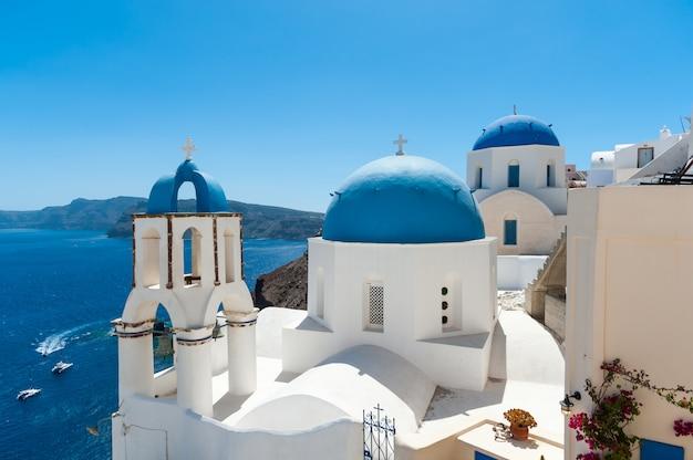 白と青のサントリーニ島 - ドームとカルデラの眺め