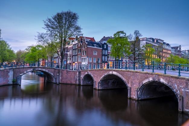 運河とアムステルダムの夕景