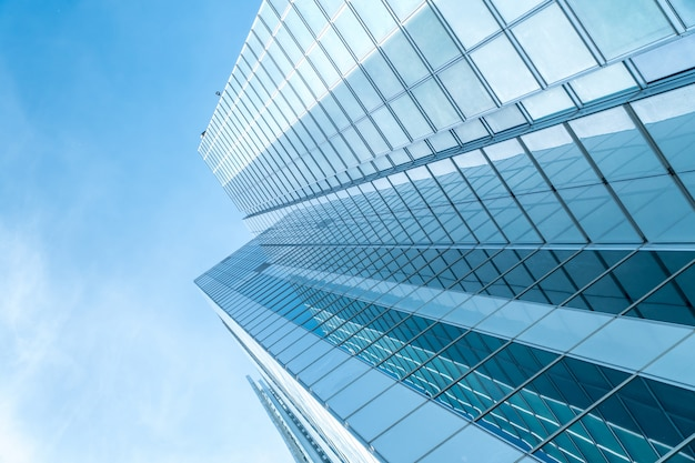 青い超高層ビルの低角度のビュー