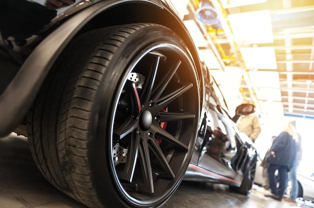 Задняя часть универсального черного спортивного автомобиля