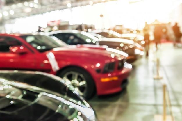 Современные спортивные автомобили в автосалоне