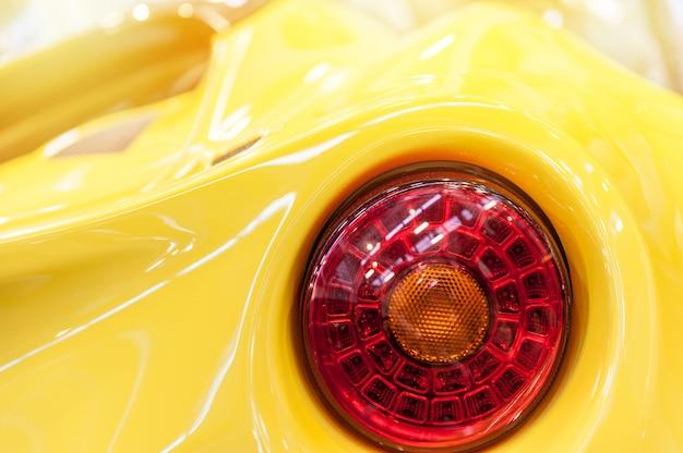 黄色のスポーツカーの裏