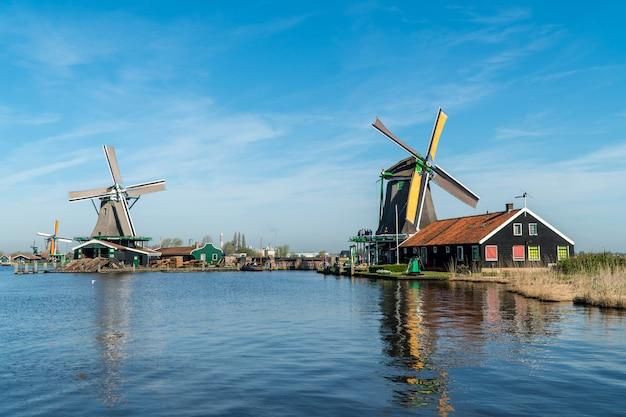 オランダの風車の前の湖