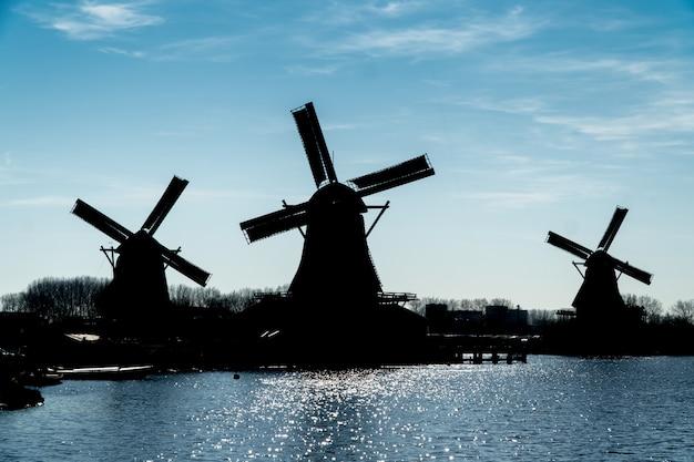 オランダの風車のシルエット