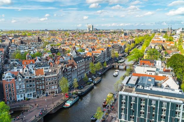 運河とアムステルダムの眺め