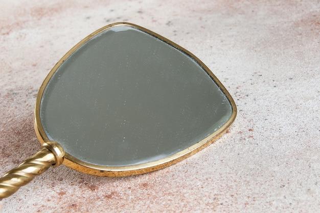 Старинное медное ручное зеркало