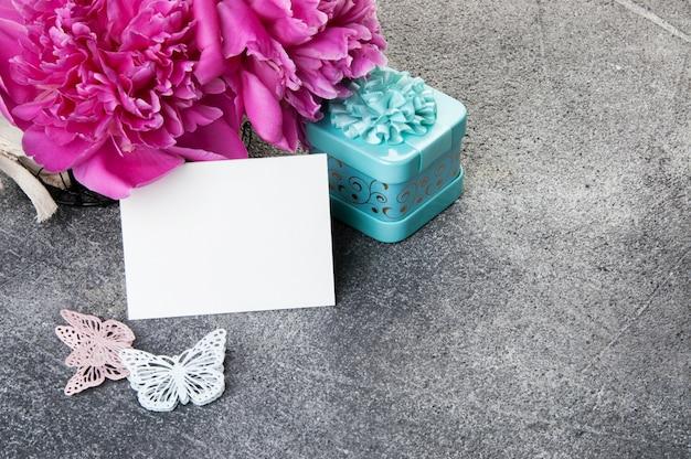 ピンクの牡丹、アクアマリンギフトボックス、蝶